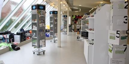 ruime showroom met uitgebreid assortiment